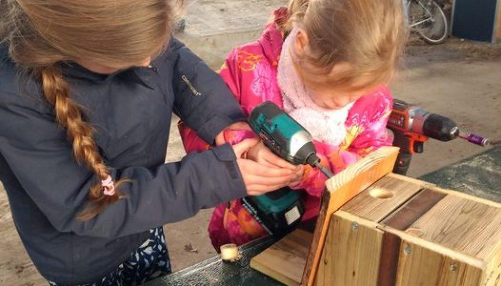 Kinderen maken vogelhuisjes